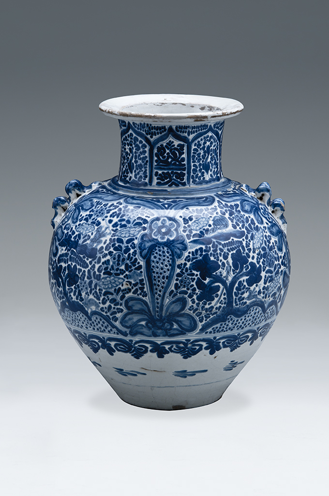 Jar with Chinese double curved handles, Puebla de los Angeles, New Spain, 17th century, tin glaze earthenware with cobalt blue on white glaze, Museo Franz Mayer